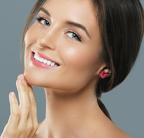 przekłuwanie uszu-Kobieta z kolczykiem w uchu w kształcie motylka