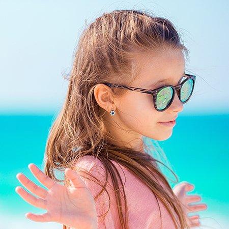 przekłuwanie-nastolatka z kolczykiem w uchu