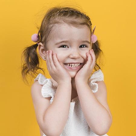 Radosna dziewczynka z kolczykami w uchu