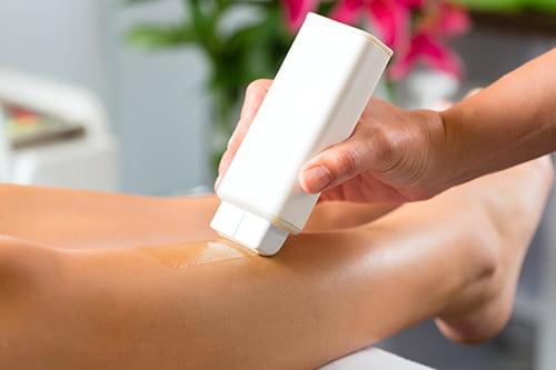 Depilacja ciepłym woskiem-nakładanie wosku na nogi