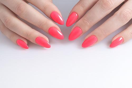 Paznokcie z różwym lakierem
