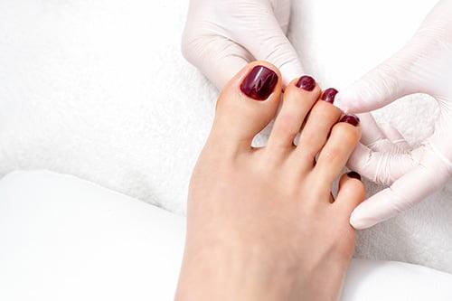 Malowanie lakierem paznokci stopy