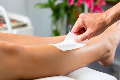 Depilacja ciepłym woskiem- usuwanie owłosienia nogi